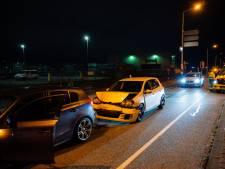 Auto's botsen op elkaar bij verkeerslicht in Tilburg: twee gewonden