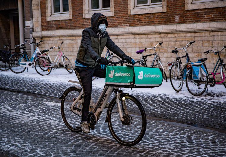 Een bezorger van Deliveroo in Leuven. Archiefbeeld. Beeld Joel Hoylaerts/Photo News