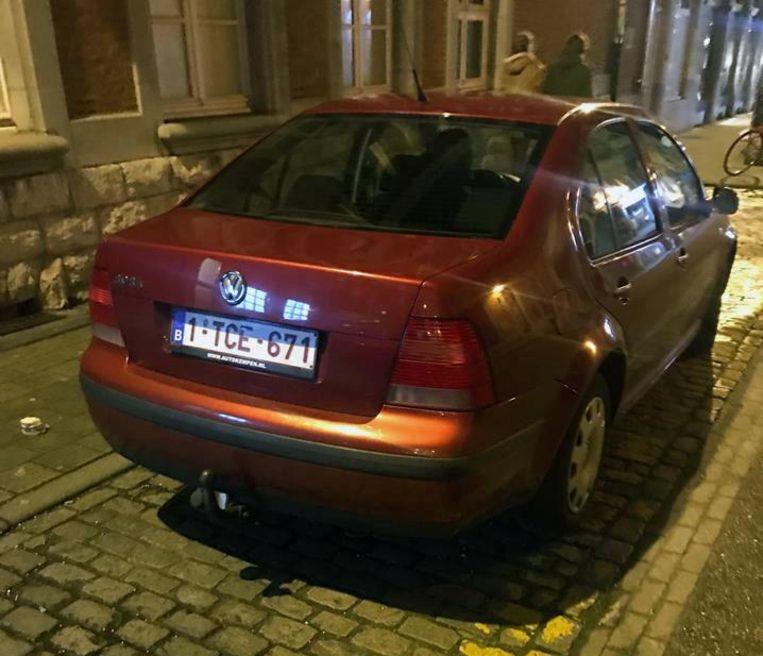 De foto van de valse nummerplaat van de Volkswagen die de cafébazin kon nemen.