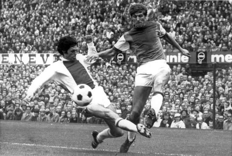 Duel tussen Wim Suurbier (link) en Theo van Duivenbode (Feyenoord) in november 1969. Beeld Hollandse Hoogte / ANP