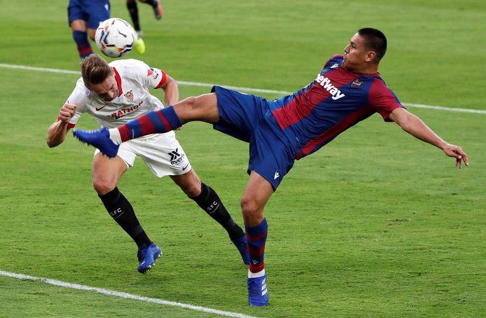 Luuk de Jong deinst niet terug voor het duel met Oscar Duarte.