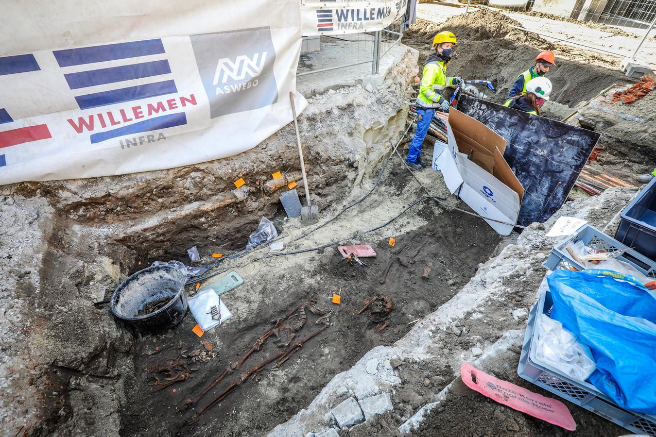 Archeologen leggen een deel van het kerkhof van de OLV-kerk bloot.