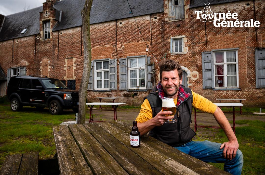 Bartel Van Riet drinkt alvast een Duveltje op het terras van zijn café waar hij dit weekend weer klanten kan ontvangen.
