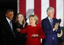 Hillary Clinton in november 2016 tijdens een verkiezingsrally samen met ex-president Barack Obama, dochter Chelsea en echtgenoot Bill Clinton, president van 1993 tot 2001.