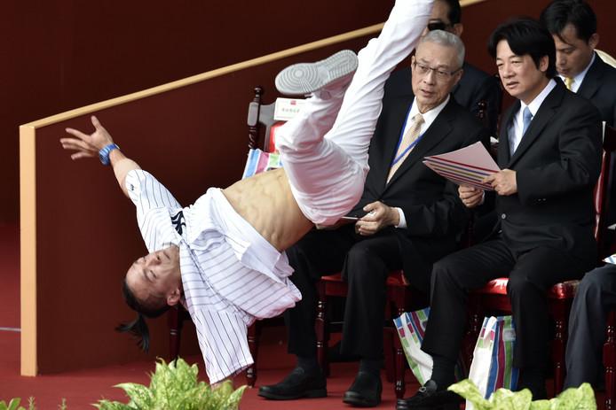 De Taiwanese premier William Lai (R) en de oppositieleider  Wu Dun-yih  kijken naar een voorstelling op de Nationale feestdag. Foto Sam Yeh