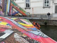 Triënnale-kunstwerk scheurt door rukwinden en valt bijna in de reien