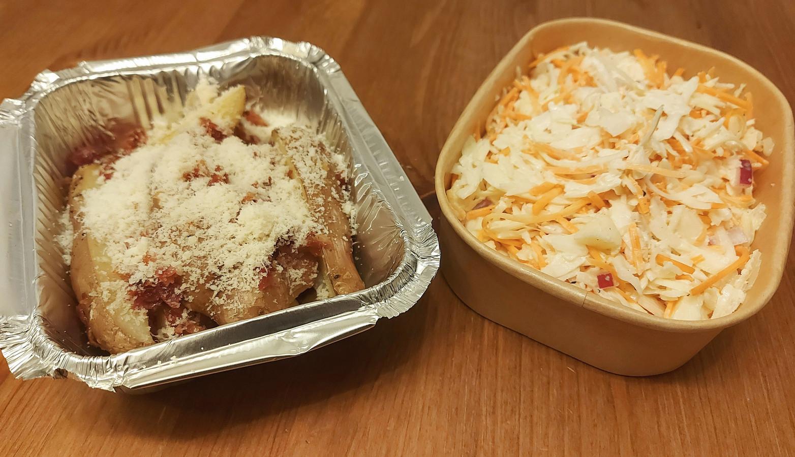 Aardappelwedges met spek en parmezaan en knapperige coleslaw
