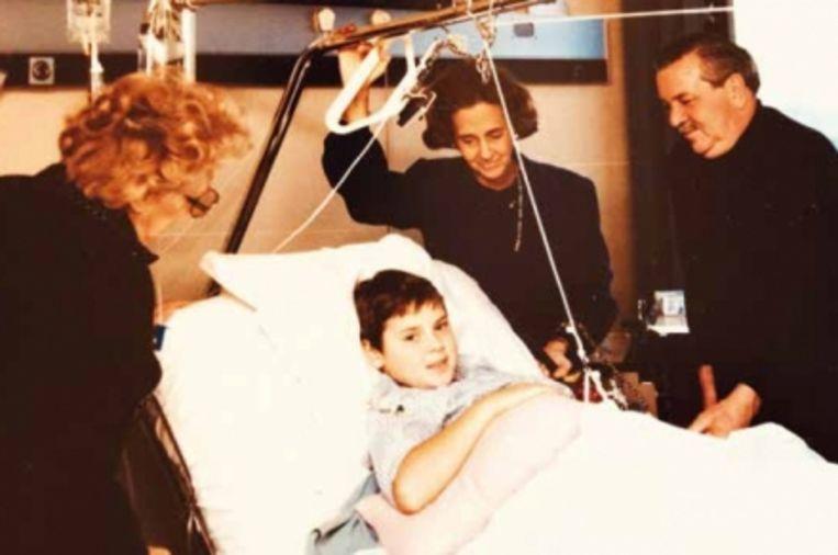 'Ik ben een studieobject voor de dokters, die naar een oplossing zoeken om mijn been te redden.' (Van links naar rechts: Metje, David, koningin Fabiola, Petje.)' Beeld