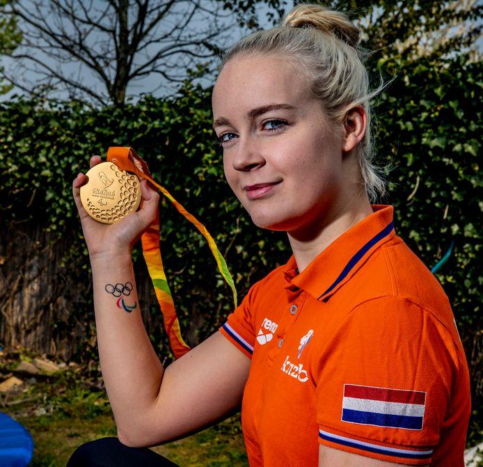 Lisa Kruger toont haar gouden medaille die ze haalde op de Paralympics van 2016 in Rio de Janeiro.