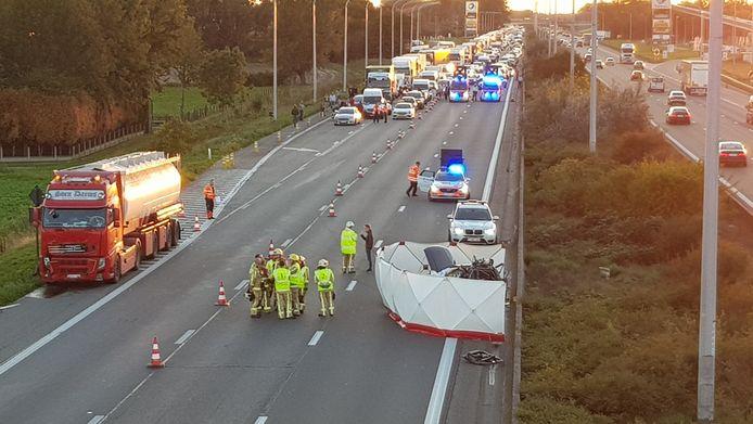Het ongeval gebeurde ter hoogte van de snelwegparking in Kalken.