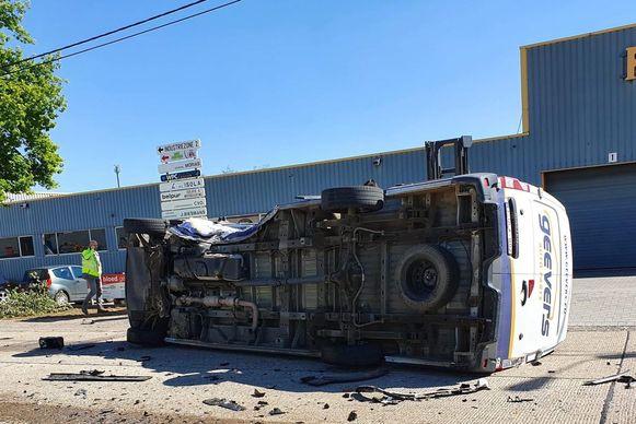 Eén bestelwagen kantelde door de klap in de berm