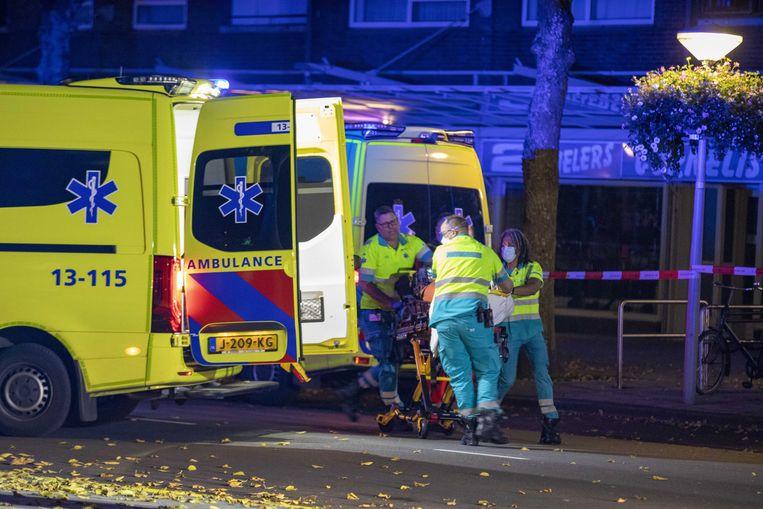 Een ambulance vervoert de neergeschoten Ay. Beeld ANP