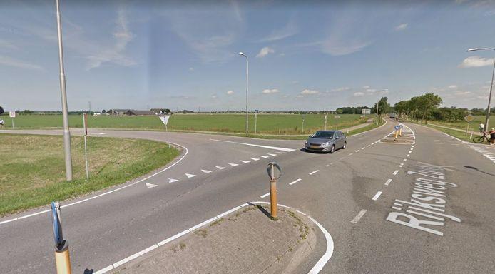 De afslag van de Rijksweg-Zuid naar de Reethsestraat. Overbetuwe werkt niet mee aan het plaatsen van een belevingsstoplicht dat de nieuwe situatie rondom een railterminal zou simuleren.