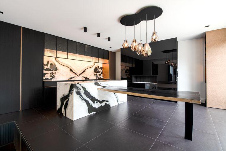 Wie de keuken binnenstapt, ziet meteen: die komt precies niet uit IKEA. Beeld Florian Van Eenoo Photo News