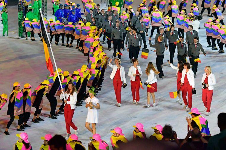 Olivia Borlée draagt de Belgische vlag tijdens de openingsceremonie van Rio 2016. Beeld Photo News