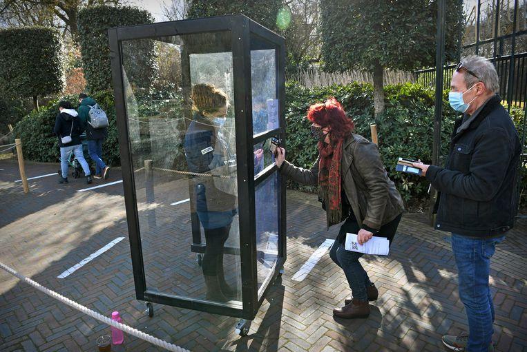 Ouwehands Dierenpark in Rhenen doet mee aan 'Testen voor Toegang'. Bezoekers moeten een negatieve coronatestuitslag laten zien en mogen dan het park in. Beeld Marcel van den Bergh / de Volkskrant
