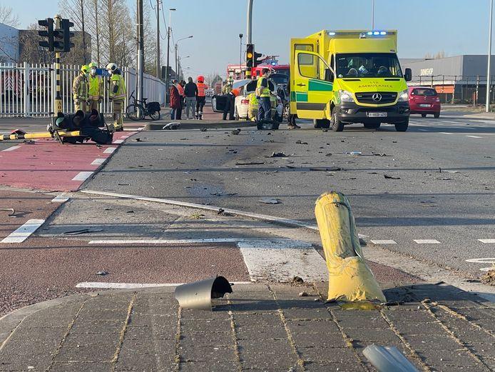 Verschillende verkeersborden en -lichten sneuvelden op het kruispunt in Hulste (Harelbeke).
