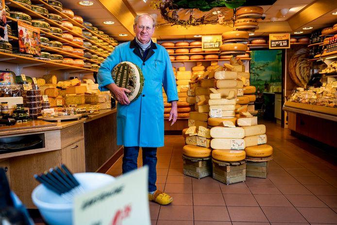 De opgelichte kaasboer Dick Schumacher in zijn winkel aan de Middenbaan in Barendrecht.