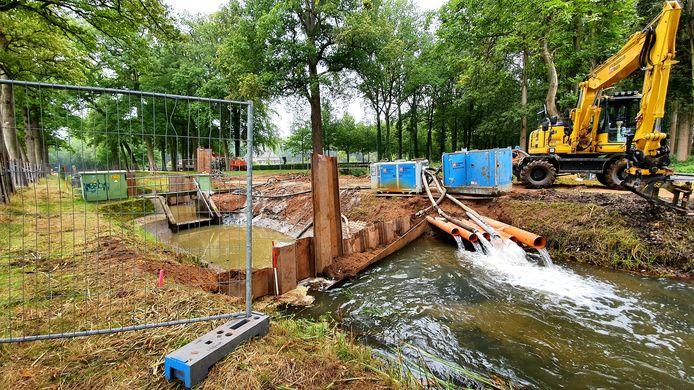 In opdracht van het waterschap wordt een nieuwe stuw gemaakt in de Zandwetering, bij de Kappeweg in Wijhe.
