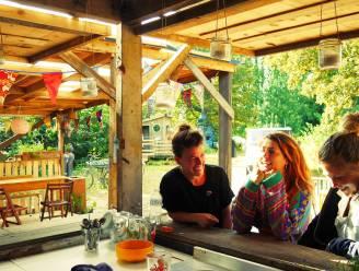 """""""Ze verklaren ons zot dat wij hier geen geld mee verdienen"""": NINA sprak met de dames van Bivak Urban Camping"""