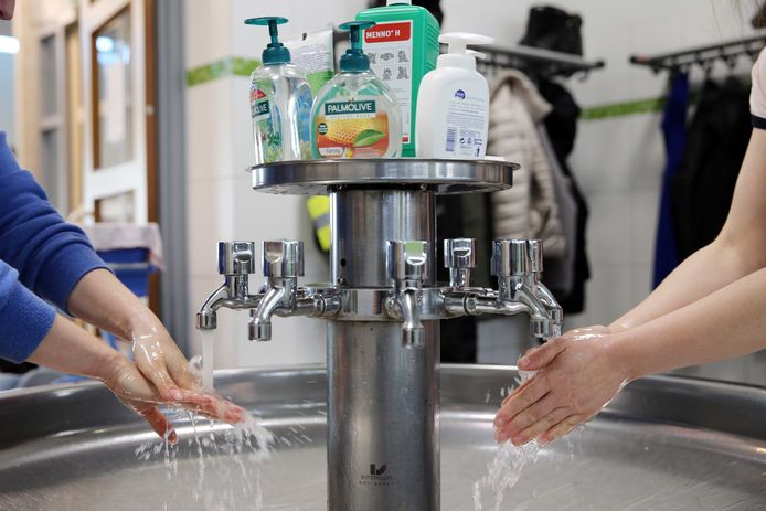 Handen wassen is van levensbelang, maar ze hebben er wel van te lijden. Denk daar niet te licht over, waarschuwt een dermatologe.