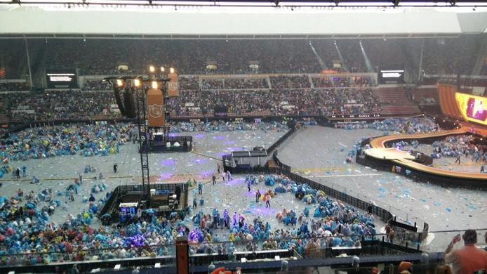 Het stadion werd tijdelijk ontruimd tijdens het concert van Guus Meeuwis wegens naderend onweer.