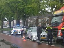 Singel in Enschede deels afgesloten na ongeluk tussen auto en vrachtwagen