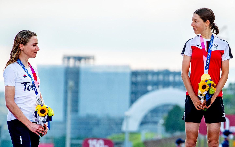 Annemiek van Vleuten moet het met een zilveren medaille doen, terwijl Anna Kiesenhofer het goud heeft.