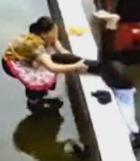 Elle sauve in extremis sa petite-fille  avant qu'elle ne chute d'un immeuble