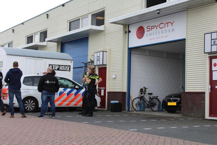 De politie deed in augustus vorig jaar onderzoek na een liquidatiepoging bij de spyshop Spy City in Amsterdam.