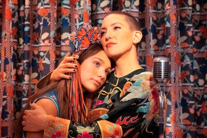 Maddie Ziegler en  Kate Hudson in de film 'Music'