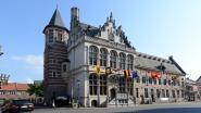 Schilder Jos Godfroid stelt tentoon in historische stadhuis