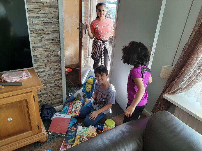 Mohammed tussen het nieuwe speelgoed, met twee van zijn zes zusjes.