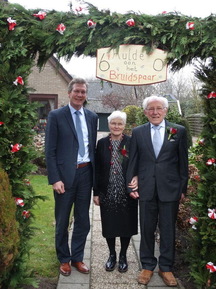 Wethouder Bent op bezoek om het echtpaar Stevens persoonlijk te feliciteren met hun diamanten huwelijk. 60 jaar getrouwd.
