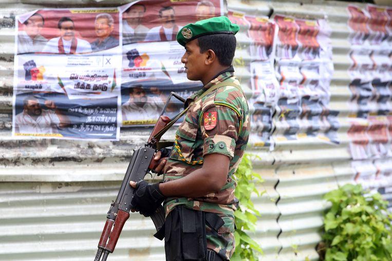 Een militair op straat in Sri Lanka. Beeld EPA