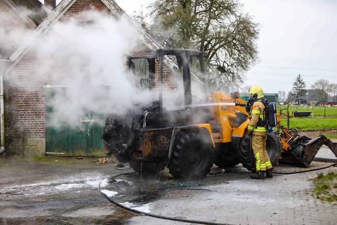 De rook van de brandende shovel was in de wijde omgeving te zien.