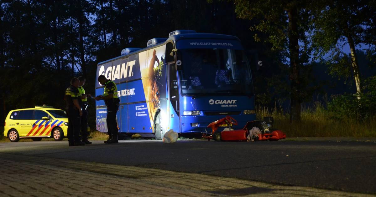 Kartbestuurder gewond door botsing met geparkeerde bus in Vorden.