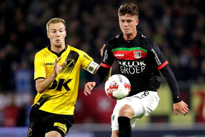 Bas Kuipers (rechts) in duel met Arno Verschueren van NAC Breda.