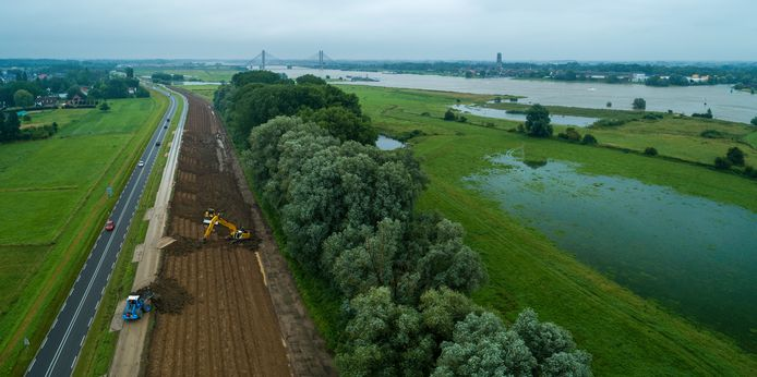 De Waaldijk bij Tuil, met op de achtergrond Zaltbommel. De foto is voor het weekend gemaakt, toen het water nog niet zo hoog stond.
