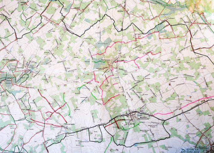 De rode lijnen op de kaart zijn trage wegen die momenteel niet zichtbaar zijn, omdat ze door landbouwers werden omgeploegd.