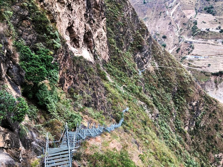 Atulie'er is een zogenaamd klifdorp, die zijn ooit hoog en haast onbereikbaar gebouwd om beschutting te zoeken tegen conflicten. Pas sinds 2017 is het bereikbaar met een stalen trap. Beeld Leen Vervaeke