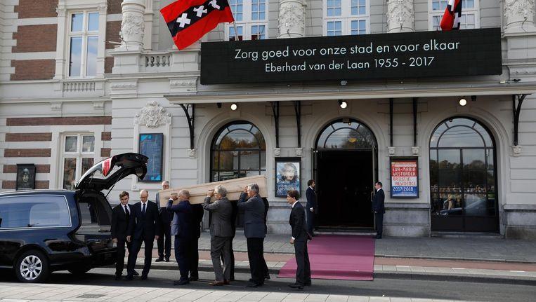 De kist van burgemeester Eberhard van der Laan arriveert bij het Concertgebouw voor de besloten herdenking. Beeld anp
