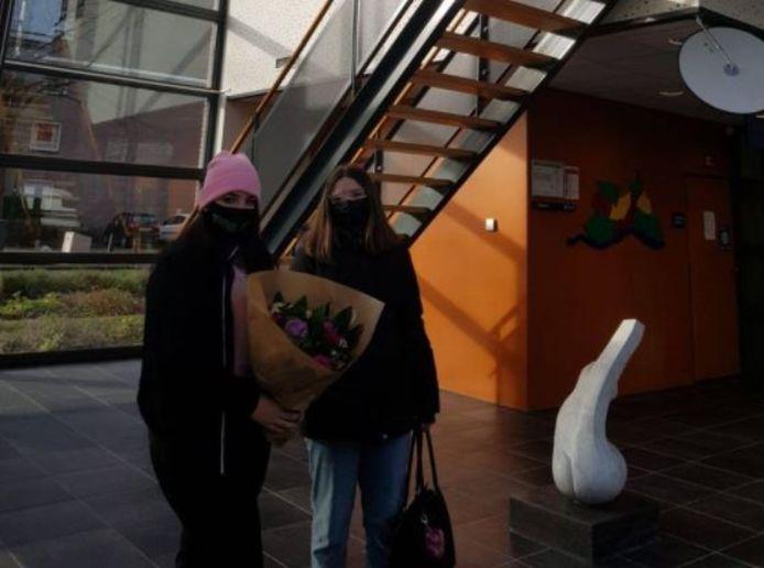 Twee tieners brengen bloemen op het politiebureau in Veenendaal.