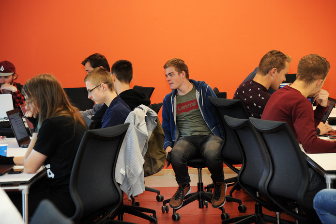 Student Tom de Bruijn en zijn klasgenoten (midden) van de opleiding hbo-ICT volgen een les in één van de lokalen in het nieuwe HZ-gebouw in Middelburg.