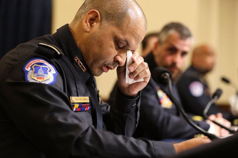 Agent Aquilino Gonell raakte geëmotioneerd tijdens zijn getuigenis over de bestorming.  Beeld Getty Images