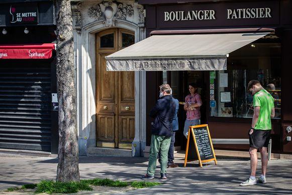 Ook Parijzenaars moeten aan de boulanger afstand houden in de wachtrij.