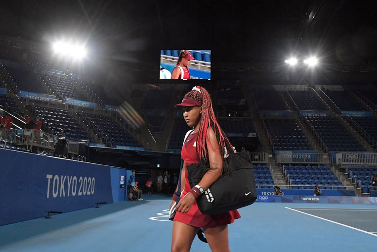 Tennister Naomi Osaka verlaat het terrein na haar verlies van Marketa Vondrousova (Tsjechië) in Tokio. Beeld AFP