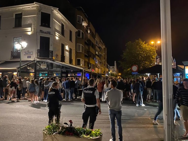 Na het sluitingsuur om 1 uur troepen heel wat feestvierders samen in de uitgaansbuurt van Knokke-Heist. Beeld Mathias Mariën
