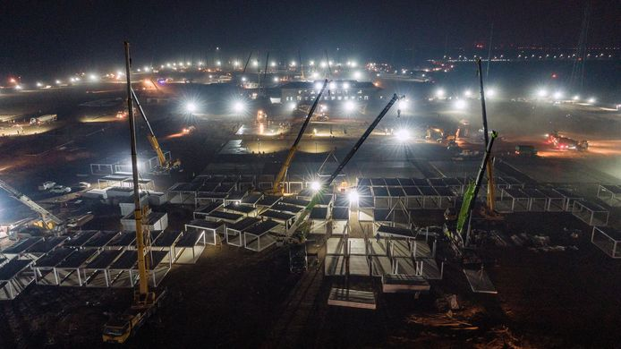 Bouwteams werken de klok rond verder aan een groot quarantainecentrum van 33 hectare nabij de Chinese miljoenenstad Shijiazhuang.