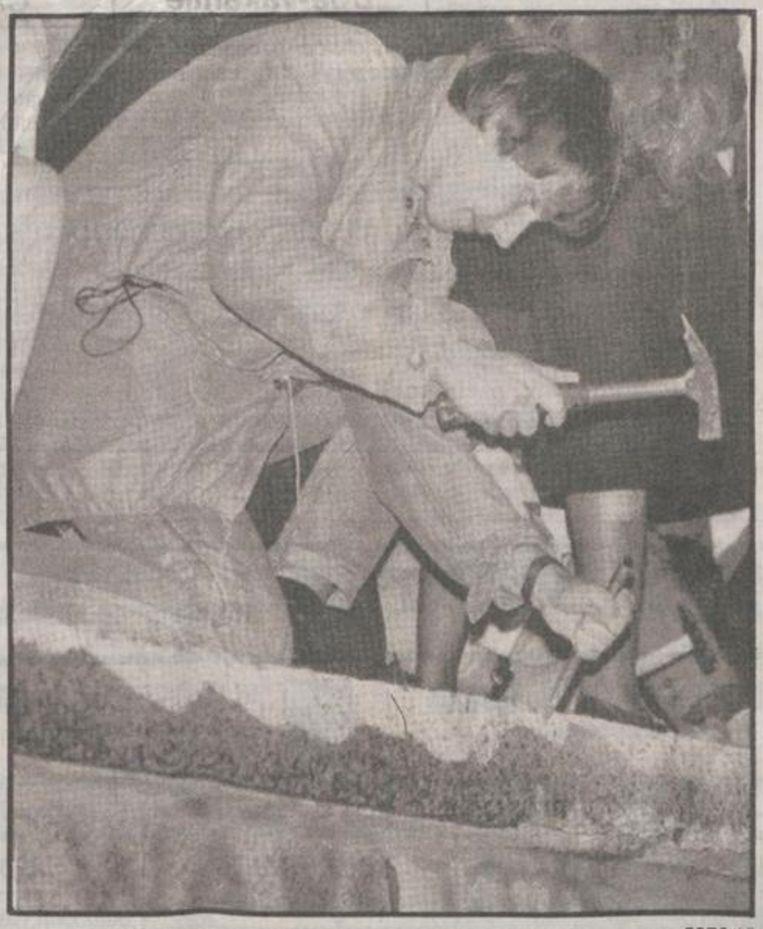 Een jonge Berlijner probeert de muur af te breken. Beeld Het Parool/Delpher
